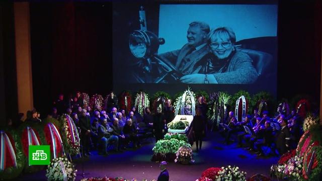 Галину Волчек похоронили рядом сМарком Захаровым.Москва, знаменитости, похороны, театр.НТВ.Ru: новости, видео, программы телеканала НТВ