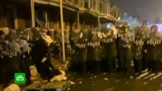 В Филадельфии разгромили и разграбили магазины после гибели вооруженного чернокожего.Американская полиция задержала больше 90 участников массовых акций протеста в Филадельфии. Они вспыхнули после того, как стражи порядка застрелили темнокожего мужчину..США, беспорядки, митинги и протесты.НТВ.Ru: новости, видео, программы телеканала НТВ