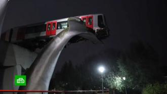 Поезд в Нидерландах сошел с рельсов и повис на китовом хвосте