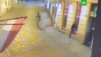 Застрелили идобили: убийство безоружного прохожего вВене сняли на видео