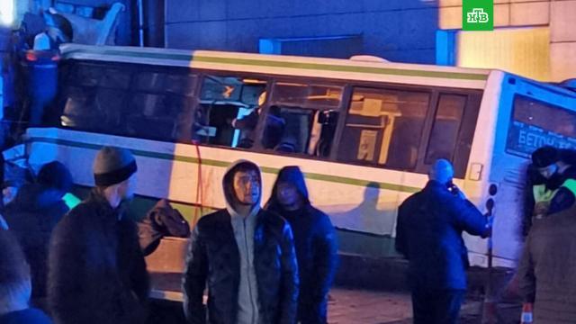 Автобус протаранил здание университета в Великом Новгороде.Великий Новгород, ДТП, аварии на транспорте, смерть.НТВ.Ru: новости, видео, программы телеканала НТВ