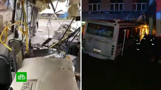 ДТП вВеликом Новгороде: пассажир помогал водителю уйти от столкновения.Великий Новгород, ДТП, аварии на транспорте, смерть.НТВ.Ru: новости, видео, программы телеканала НТВ