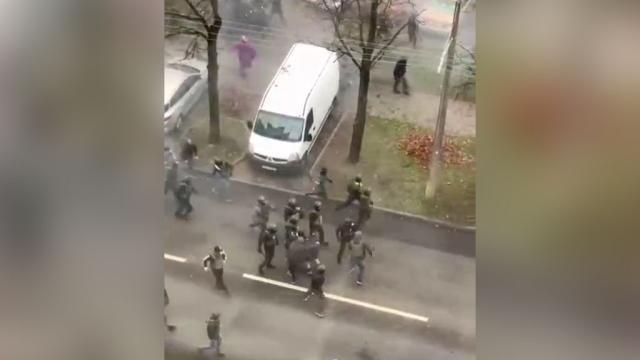 Силовики разгоняют протестующих вМинске светошумовыми гранатами.Белоруссия, задержание, митинги и протесты.НТВ.Ru: новости, видео, программы телеканала НТВ