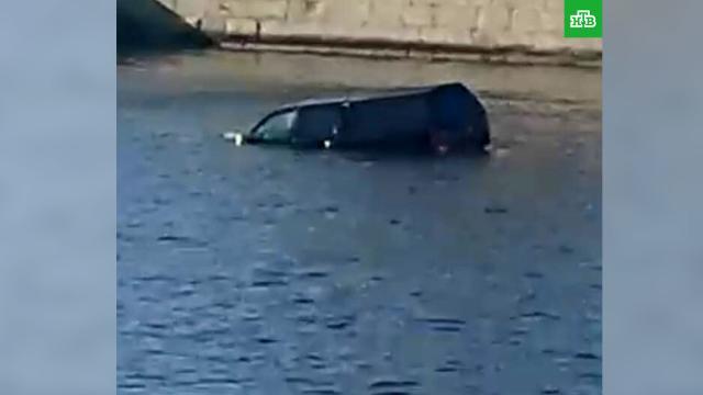 Пикап упал вМоскву-реку: водитель погиб.ДТП, Москва, автомобили, реки и озера.НТВ.Ru: новости, видео, программы телеканала НТВ