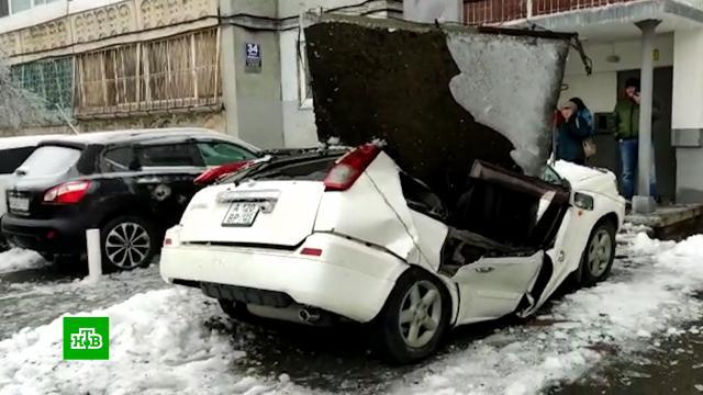 Водитель едва не погиб: бетонная плита раздавила машину во Владивостоке.аварии в ЖКХ, Владивосток, погодные аномалии, Приморье, снег.НТВ.Ru: новости, видео, программы телеканала НТВ