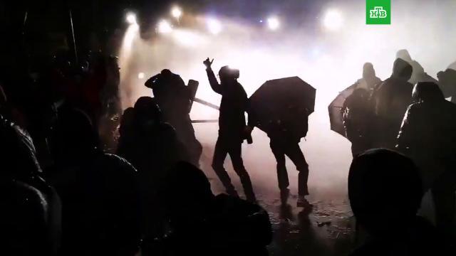 Полиция вПариже применила водометы против манифестантов.Париж, Франция, митинги и протесты, полиция.НТВ.Ru: новости, видео, программы телеканала НТВ