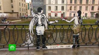 Неизвестный художник установил фигуры врачей на месте будущего мемориала в Петербурге