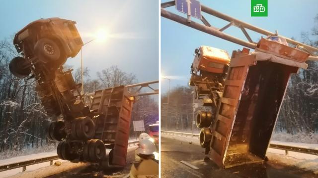 В Самаре самосвал встал на дыбы после аварии.ДТП, Самара.НТВ.Ru: новости, видео, программы телеканала НТВ
