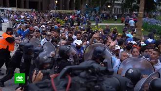 Полиция вступила всхватку срвущейся кгробу Марадоны толпой