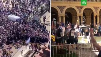 Фанаты осадили дворец президента Аргентины, желая проститься сМарадоной