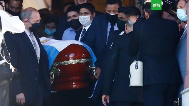 Диего Марадону похоронили рядом сродителями.Аргентина, Марадона, знаменитости, похороны, смерть, траур, футбол.НТВ.Ru: новости, видео, программы телеканала НТВ
