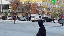 Легковушка сбила людей на тротуаре в Челябинске.Автомобиль влетел в пешеходов после ДТП на перекрестке в Челябинске. Есть пострадавшие.ДТП, Челябинск.НТВ.Ru: новости, видео, программы телеканала НТВ