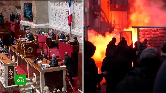 Парламент Франции решил доработать законопроект озапрете снимать полицейских.Париж, Франция, беспорядки, митинги и протесты.НТВ.Ru: новости, видео, программы телеканала НТВ