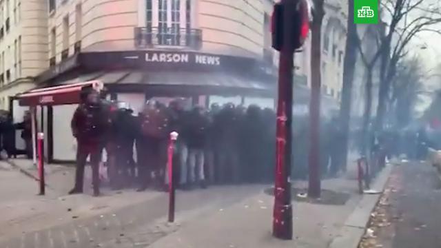 Беспорядки вПариже: полиция применила слезоточивый газ.Париж, Франция, беспорядки, законодательство, митинги и протесты, полиция.НТВ.Ru: новости, видео, программы телеканала НТВ