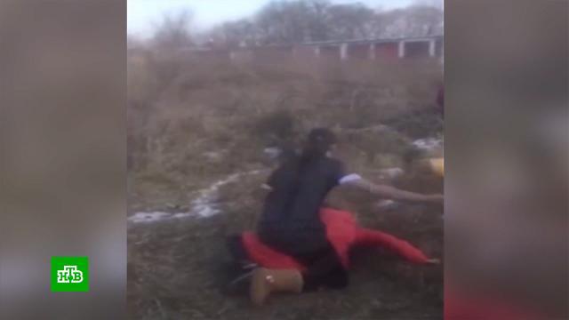 Жестокое видео: школьницу избивали под смех и ругань сверстников.Приморье, Следственный комитет, дети и подростки, драки и избиения, школы, жестокость.НТВ.Ru: новости, видео, программы телеканала НТВ