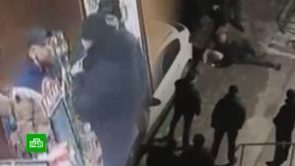 Посетители винного магазина избили росгвардейца за просьбу не хамить