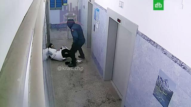ВКрасноярске мужчина жестоко избил девушку вподъезде.Красноярск, драки и избиения, жестокость, нападения.НТВ.Ru: новости, видео, программы телеканала НТВ