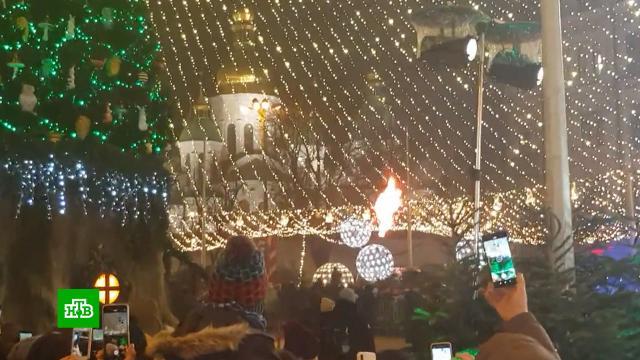 На главной елке Украины загорелись украшения во время торжественной церемонии.Киев, Новый год, Украина, пожары.НТВ.Ru: новости, видео, программы телеканала НТВ