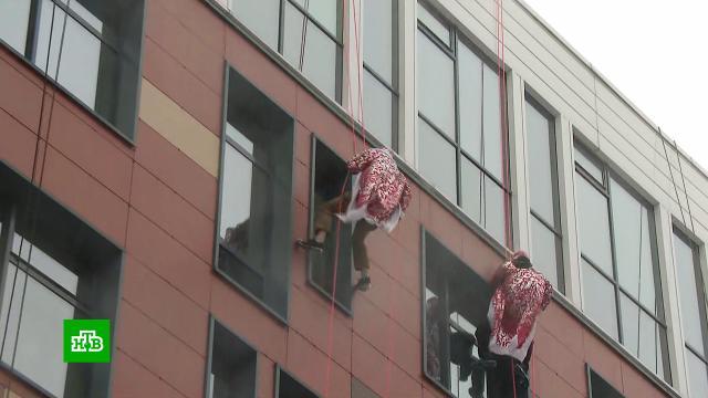 Деды Морозы проникли в палаты Морозовской больницы по пожарным тросам.Дед Мороз, Новый год, больницы, торжества и праздники, Москва, дети и подростки.НТВ.Ru: новости, видео, программы телеканала НТВ