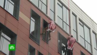 Деды Морозы проникли в палаты Морозовской больницы по пожарным тросам