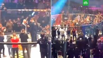 Бойцы ММА устроили массовую драку во время турнира вМоскве