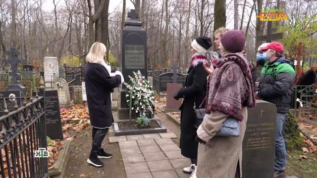 В Москве тазики с оливье заряжают чудесной энергией на кладбище.еда, кладбища и захоронения, кулинария, продукты.НТВ.Ru: новости, видео, программы телеканала НТВ