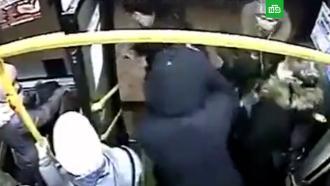 Кондуктор избил пассажира за попытку расплатиться крупной купюрой