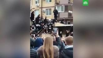 ВВолгограде блогер раскидал 200тысяч рублей перед толпой