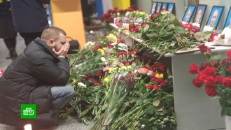 Жители Киева иМосквы несут цветы кпосольствам Ирана
