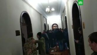 Митингующие ворвались вздание администрации президента Абхазии