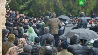 ВАбхазии протестующие штурмуют администрацию президента