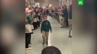 Победившего рак мальчика встретили аплодисментами вшколе