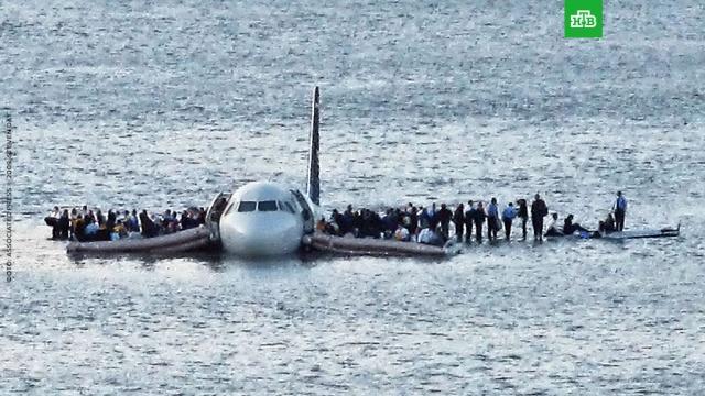 Чудо на Гудзоне: пилот посадил самолет на воду испас 155человек