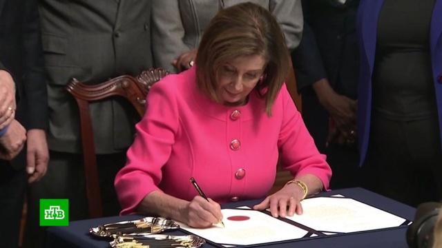 Лидер демократов подписала документы по импичменту Трампа 12 разными ручками.импичмент, парламенты, США, Трамп Дональд.НТВ.Ru: новости, видео, программы телеканала НТВ