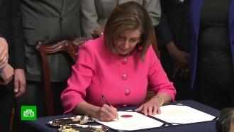 Лидер демократов подписала документы по импичменту Трампа 12разными ручками