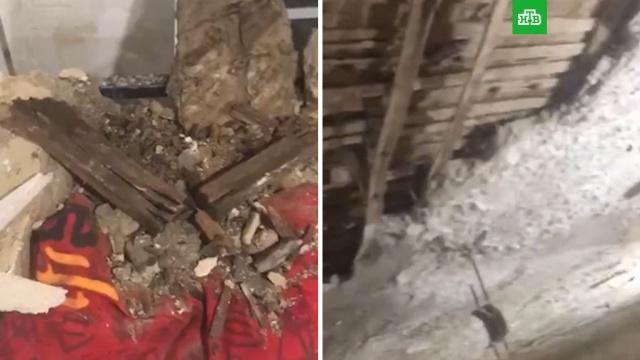В Петербурге заплесневелый потолок рухнул на спящего ребенка.Санкт-Петербург, аварии в ЖКХ, дети и подростки, обрушение.НТВ.Ru: новости, видео, программы телеканала НТВ