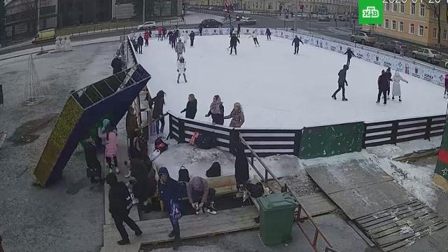 Новогодняя арка рухнула на людей вПетрозаводске.Карелия, несчастные случаи.НТВ.Ru: новости, видео, программы телеканала НТВ