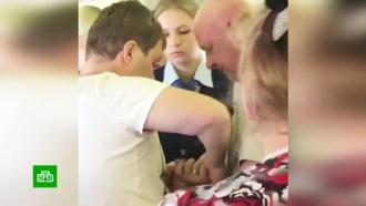 Пьяную дебоширку пришлось связать скотчем на рейсе Уфа — Дубай