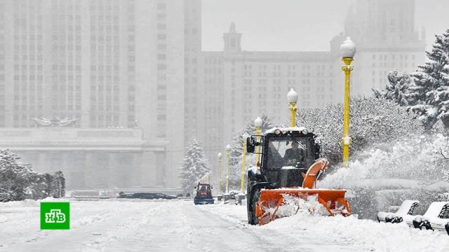 В Москве устраняют последствия ночного снегопада.Москва, зима, морозы, погода, погодные аномалии.НТВ.Ru: новости, видео, программы телеканала НТВ