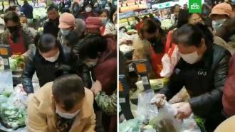 Китайцы впанике штурмуют магазины <nobr>из-за</nobr> эпидемии коронавируса