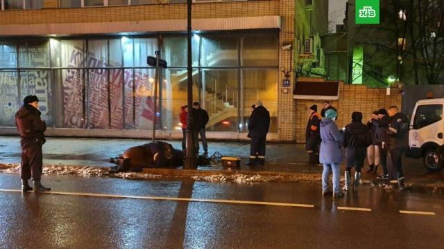 Конь наступил в лужу и умер в центре Москвы.Московская полиция выясняет обстоятельства гибели коня от удара током.животные, кони и конный спорт, смерть.НТВ.Ru: новости, видео, программы телеканала НТВ