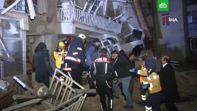 Мощное землетрясение на востоке Турции унесло 19 жизней.На востоке Турции произошло мощное землетрясение. По последним данным, 19 человек погибли. Число пострадавших приближается к тысяче. Такие данные приводит Минздрав страны.Турция, землетрясения, стихийные бедствия.НТВ.Ru: новости, видео, программы телеканала НТВ