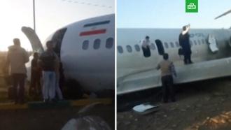Самолет выкатился на оживленное шоссе вИране