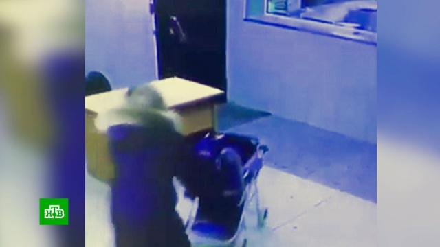 Полицейские нашли мать-«кукушку», подбросившую им свою дочь.Томск, Томская область, дети и подростки, полиция.НТВ.Ru: новости, видео, программы телеканала НТВ