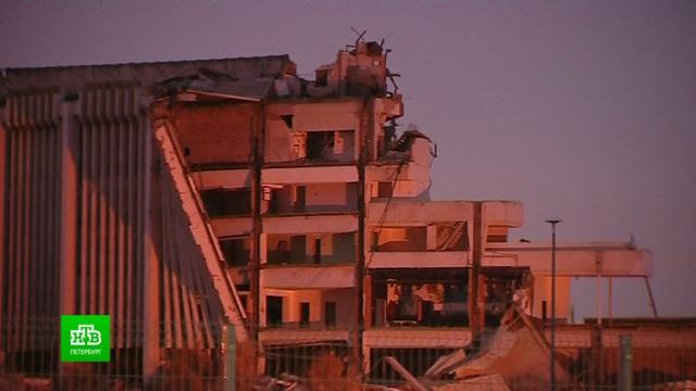 Спасатели со спецтехникой разбирают завалы на месте рухнувшего СКК.Санкт-Петербург, обрушение.НТВ.Ru: новости, видео, программы телеканала НТВ