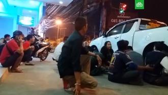 Люди бегут от ТЦ вТаиланде после начала штурма