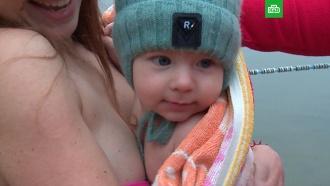 <nobr>Младенец-морж</nobr>: родители приучили грудничка кледяному озеру