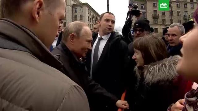 Путин считает свою зарплату «не самой высокой».Владимир Путин рассказал жительнице Санкт-Петербурга о том, что зарплата главы государства — не самая большая в стране.Путин, Санкт-Петербург, зарплаты, президент РФ, социальное обеспечение.НТВ.Ru: новости, видео, программы телеканала НТВ