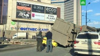 Мусоровоз опрокинулся на такси вцентре Москвы