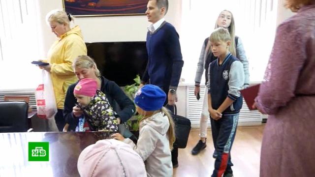 Многодетной семье из Челябинска выдали две квартиры на разных улицах.Челябинская область, дети и подростки, жилье, многодетные, семья, чиновники, Челябинск.НТВ.Ru: новости, видео, программы телеканала НТВ